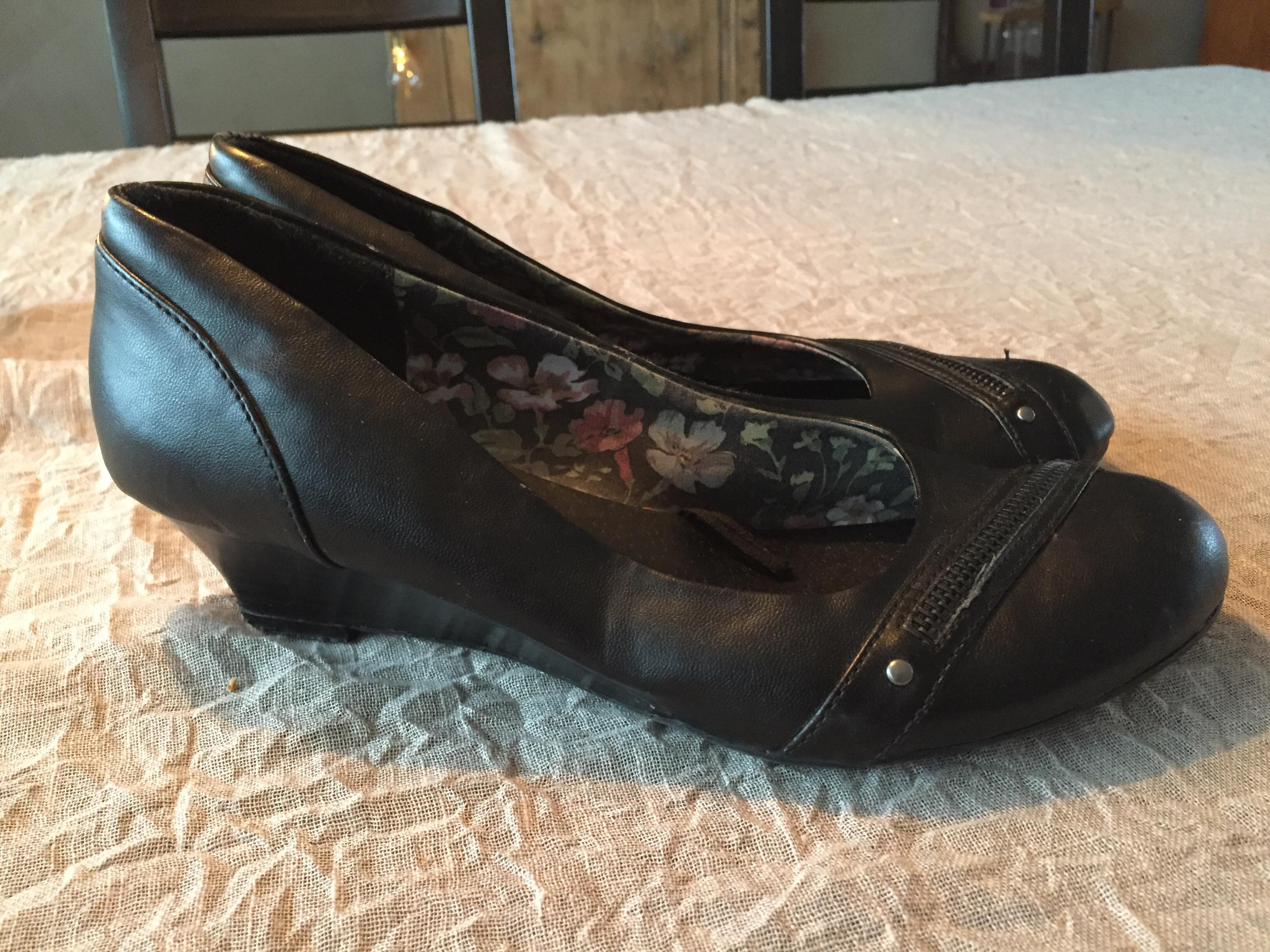 d57cd242 Objekt 4: Svarta skor med kilklack. Stl 39. Bred modell. Obetydligt använda.